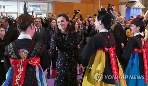 Spanish queen at S. Korean booth during local trade fair
