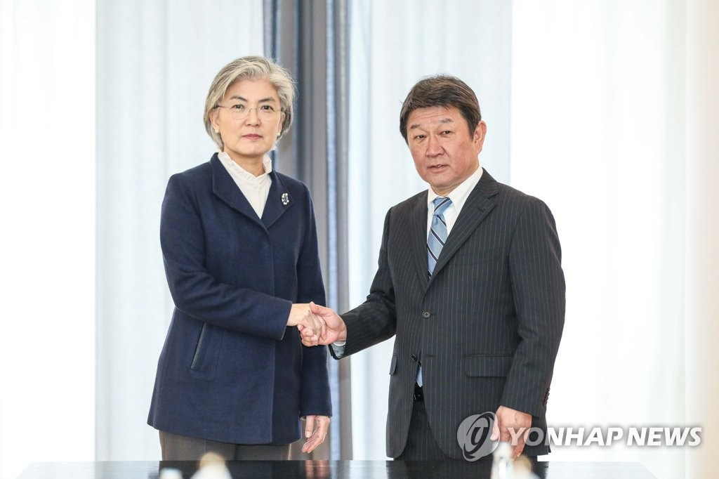 Foreign Minister Kang Kyung-wha poses for a photo with her Japanese counterpart, Toshimitsu Motegi, ahead of their bilateral talks in Munich, Germany, on Feb. 15, 2020, in this photo provided by Kang's office. (PHOTO NOT FOR SALE) (Yonhap)