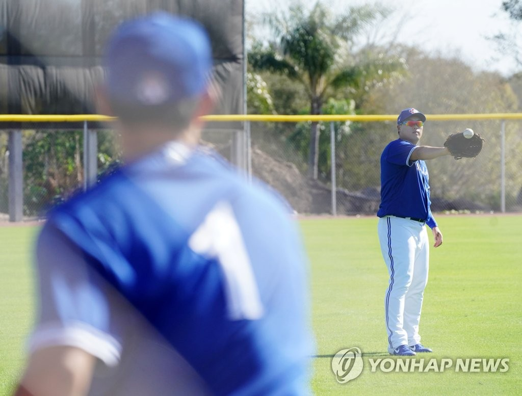Shun Yamaguchi (L, foreground) and Ryu Hyun-jin of the Toronto Blue Jays play catch at Player Development Complex, outside TD Ballpark, in Dunedin, Florida, on Feb. 15, 2020. (Yonhap)