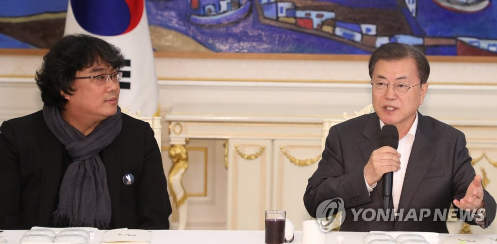 "President Moon Jae-in speaks at a Cheong Wa Dae luncheon meeting in Seoul with director Bong Joon-ho of the Oscar-winning film ""Parasite"" on Feb. 20, 2020. (Yonhap)"
