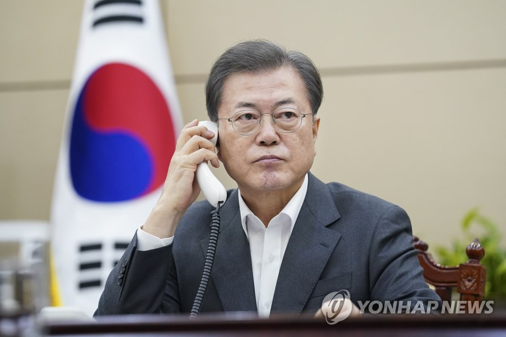 South Korean President Moon Jae-in talks with Chinese President Xi Jinping over phone at his Seoul office on Feb. 20, 2020 in this photo provided by Cheong Wa Dae. (PHOTO NOT FOR SALE) (Yonhap)