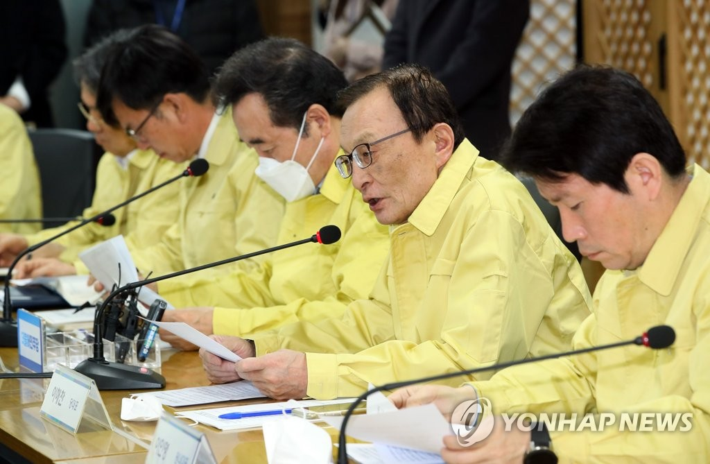 Lee Hae-chan (2nd from R), chief of the ruling Democratic Party, speaks during a ruling party-government-presidential office meeting at the party's headquarters in Seoul on Feb. 25, 2020, to discuss measures to contain the new coronavirus affecting South Korea. (Yonhap)