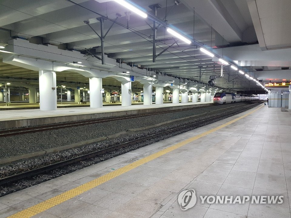 A platform of Dongdaegu Station in COVID-19-hit Daegu, 330 kilometers southeast of Seoul, is deserted on Feb. 25, 2020, as people forego travel amid the spread of the new coronavirus. (Yonhap)
