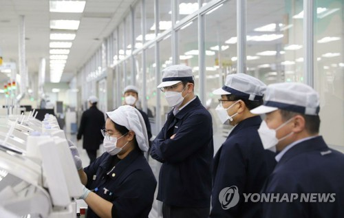 (LEAD) Samsung heir visits virus-hit plant in S. Korea