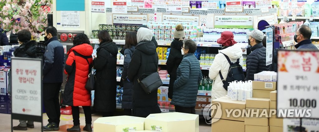 People wait in line at a retail outlet in Seoul on March 5, 2020, to purchase masks amid a severe supply shortage. (Yonhap)