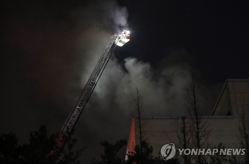 Firefighters work to extinguish a fire at a Samsung Electronics Co.'s semiconductor plant in Hwaseong, south of Seoul, on March 9, 2020. The fire, which broke out at around 11:18 p.m. the previous day, was brought under control around 12:06 a.m., with no one hurt in the incident. (Yonhap)