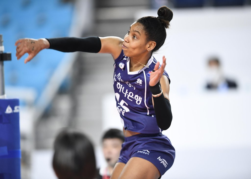 This photo provided by the Korean Volleyball Federation on March 11, 2020, shows Cuban player Dayama Sanchez Savon in action for the South Korean club Korea Expressway Corp. Hi-Pass. (PHOTO NOT FOR SALE) (Yonhap)