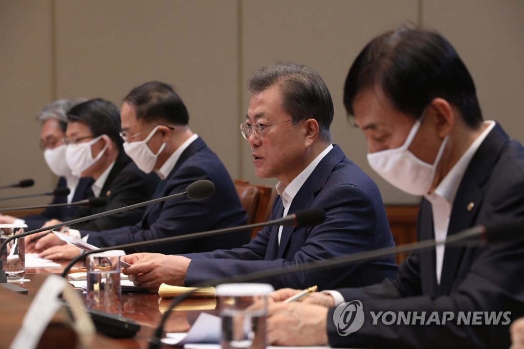 President Moon Jae-in (2nd from R) holds an emergency economic council meeting at Cheong Wa Dae in Seoul on March 19, 2020, alongside Finance Minister Hong Nam-ki (3rd from L) and Bank of Korea Gov. Lee Ju-yeol (R). (Yonhap)
