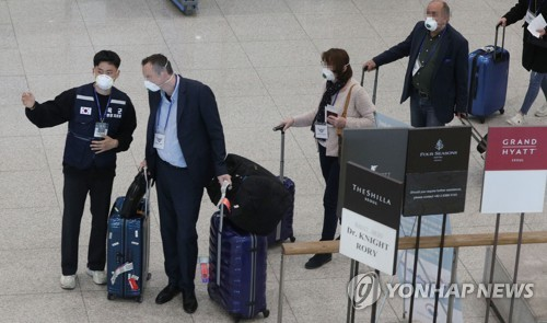 (LEAD) S. Korea begins coronavirus tests on all flying from Europe