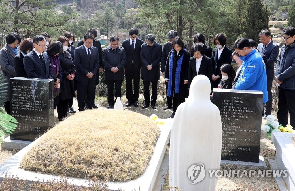 더불어시민당 첫 일정은 고 김근태 묘역 참배