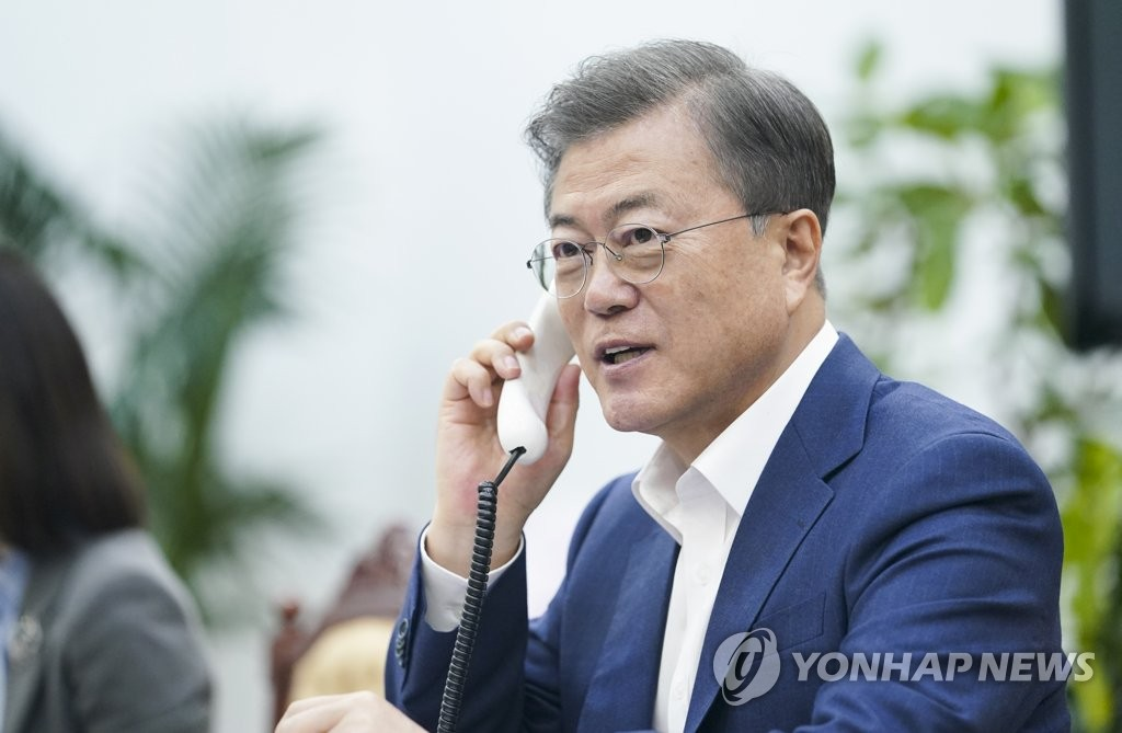 South Korean President Moon Jae-in hold phone talks with Australian Prime Minister Scott Morrison at Cheong Wa Dae in Seoul on April 7, 2020, in this photo provided by Moon's office. (PHOTO NOT FOR SALE) (Yonhap)