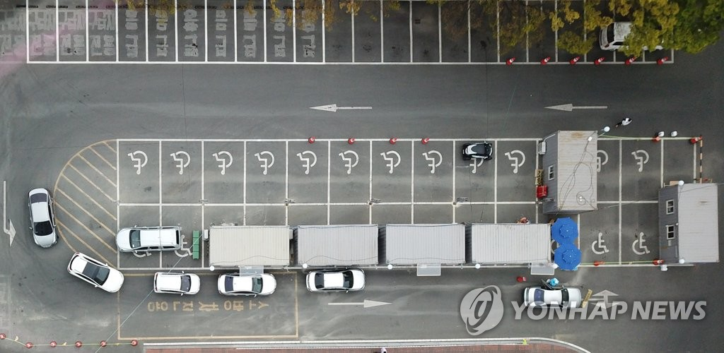 Cars wait in line at a drive-thru virus testing clinic in Daegu on April 13, 2020. (Yonhap)