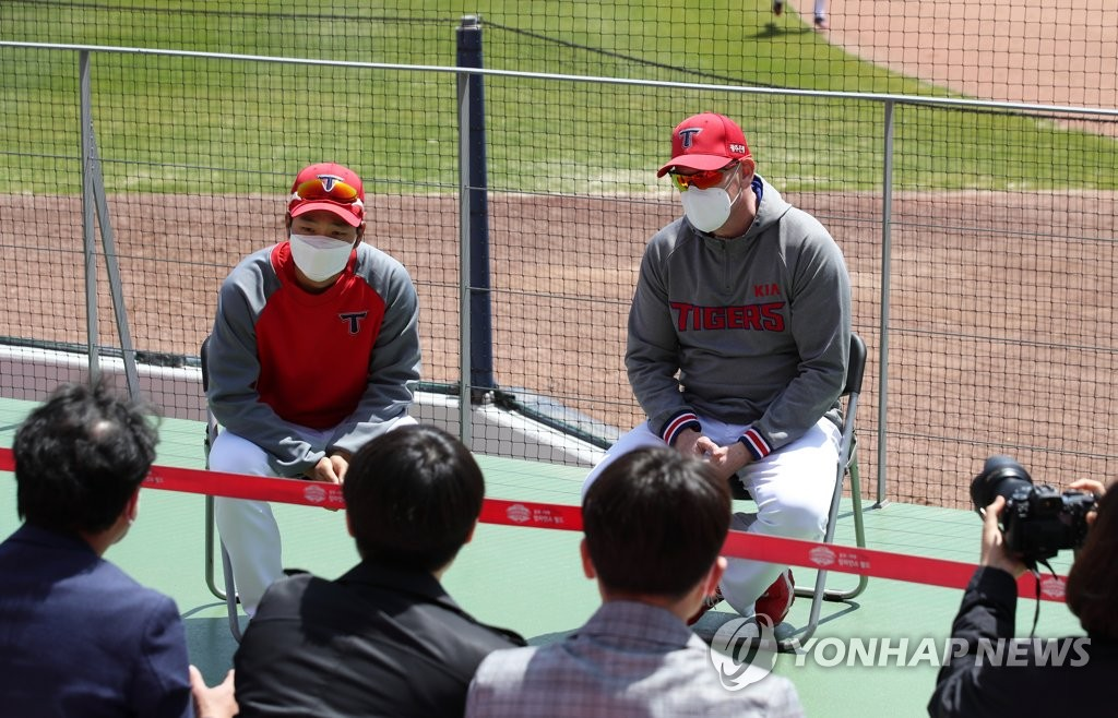 Matt Williams (R), manager of the Kia Tigers, speaks to reporters while practicing social distancing at Gwangju-Kia Champions Field in Gwangju, 330 kilometers south of Seoul. (Yonhap)