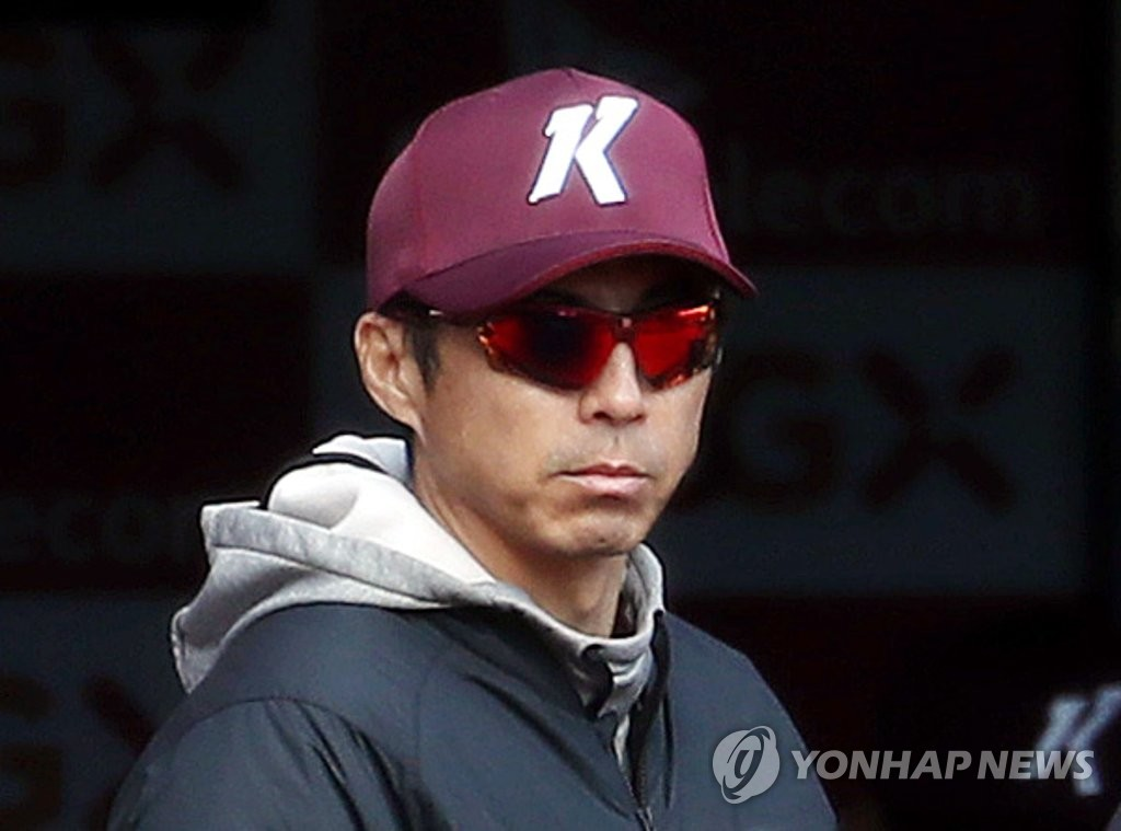 This file photo from April 21, 2020, shows Son Hyuk, then manager of the Kiwoom Heroes, during a Korea Baseball Organization preseason game against the SK Wyverns at SK Happy Dream Park in Incheon, 40 kilometers west of Seoul. (Yonhap)