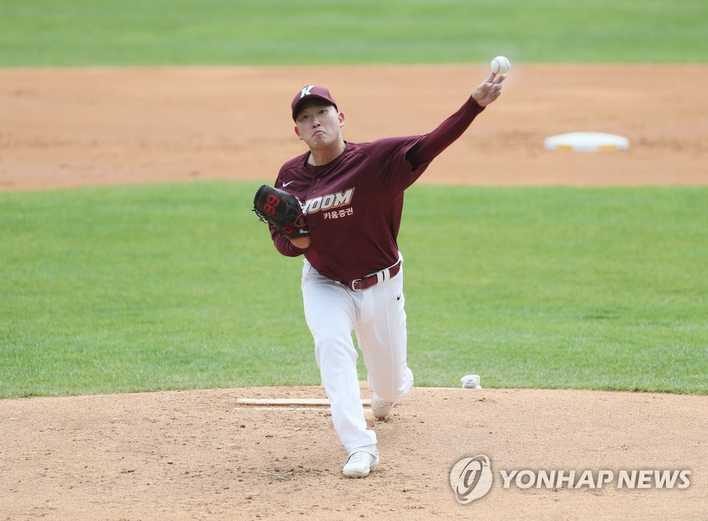 Yoon Jung-hyun of the Kiwoom Heroes pitches against the Doosan Bears in a Korea Baseball Organization preseason game at Jamsil Stadium in Seoul on April 22, 2020. (Yonhap)