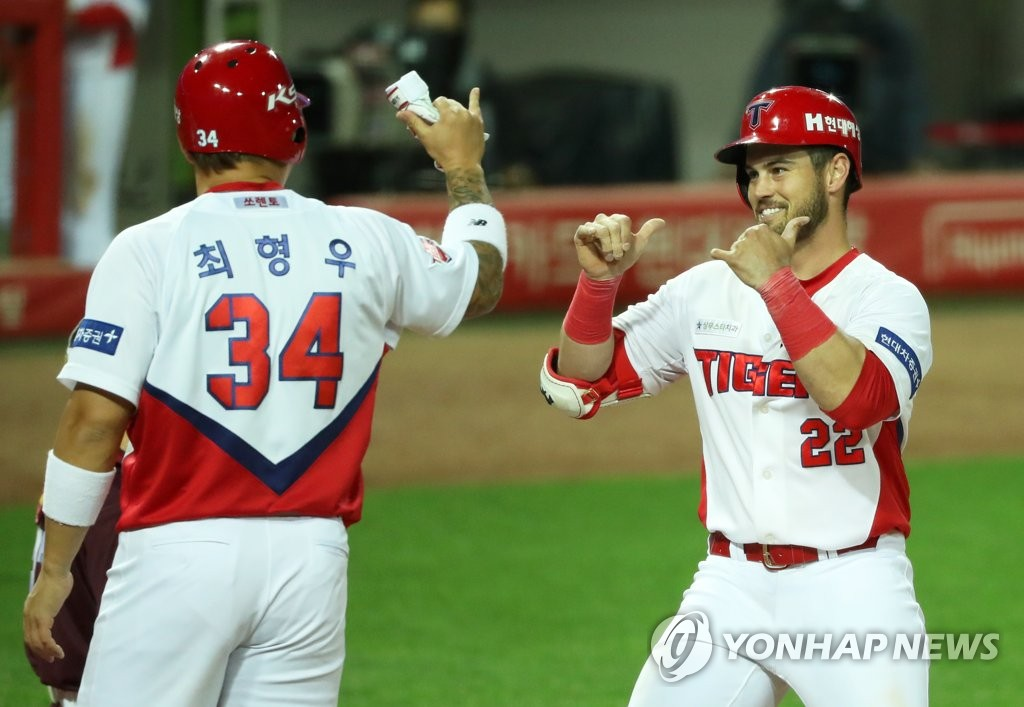 Preston Tucker of the Kia Tigers (R) is congratulated by teammate Choi Hyoung-woo after hitting a three-run home run against the Kiwoom Heroes in a Korea Baseball Organization regular season game at Gwangju-Kia Champions Field in Gwangju, 330 kilometers south of Seoul, on May 7, 2020. (Yonhap)