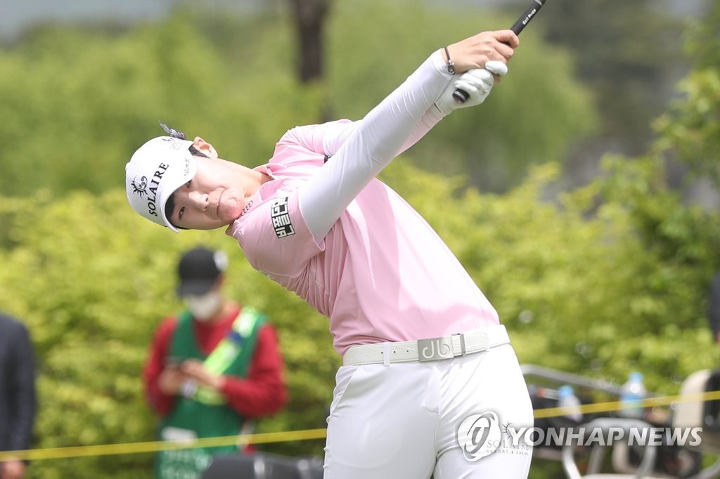 Park Sung-hyun of South Korea hits a drive during the first round of the 42nd Korea Ladies Professional Golf Association (KLPGA) Championship at Lakewood Country Club in Yangju, Gyeonggi Province, on May 15, 2020. (Yonhap)
