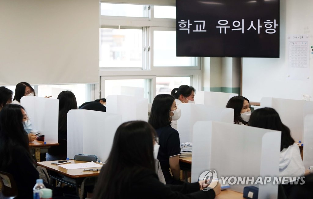 Seniors at a high school in the southeastern city of Daegu prepare for class on their first day of school on May 20, 2020. (Yonhap)