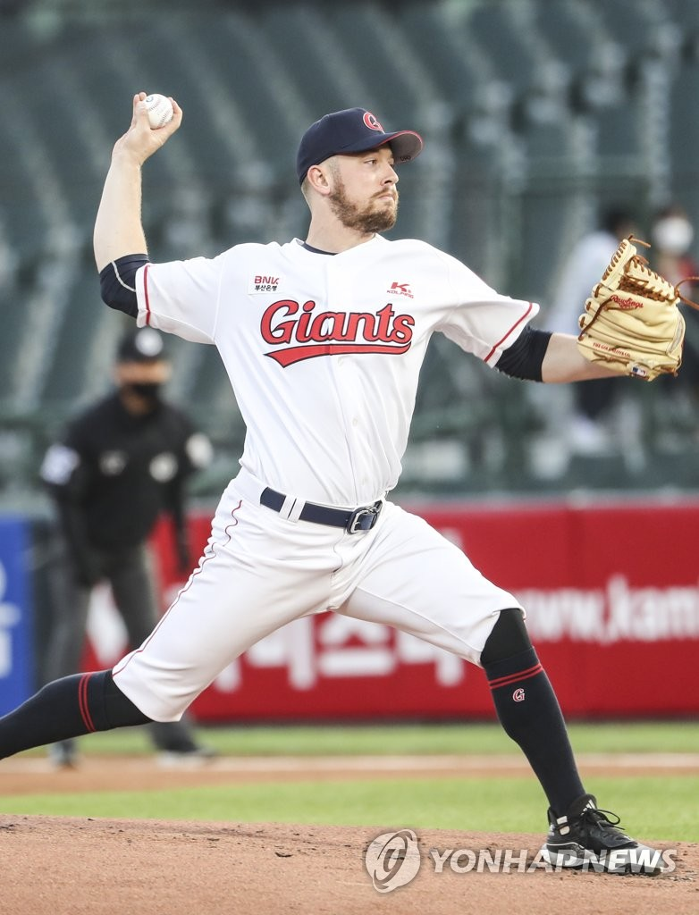 Adrian Sampson of the Lotte Giants pitches against the Samsung Lions in a Korea Baseball Organization regular season game at Sajik Stadium in Busan, 450 kilometers southeast of Seoul, on May 28, 2020. (Yonhap)
