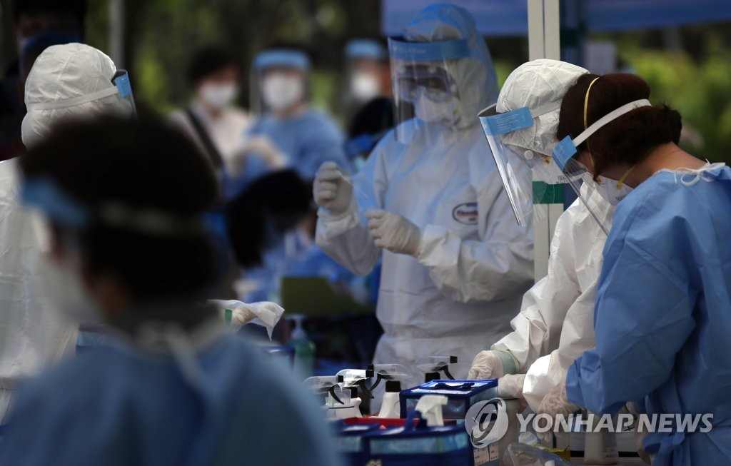 Medical workers prepare to conduct new coronavirus tests on citizens at a temporary clinic in the Seosomun history park in Seoul's central Jung Ward on May 29, 2020. (Yonhap)