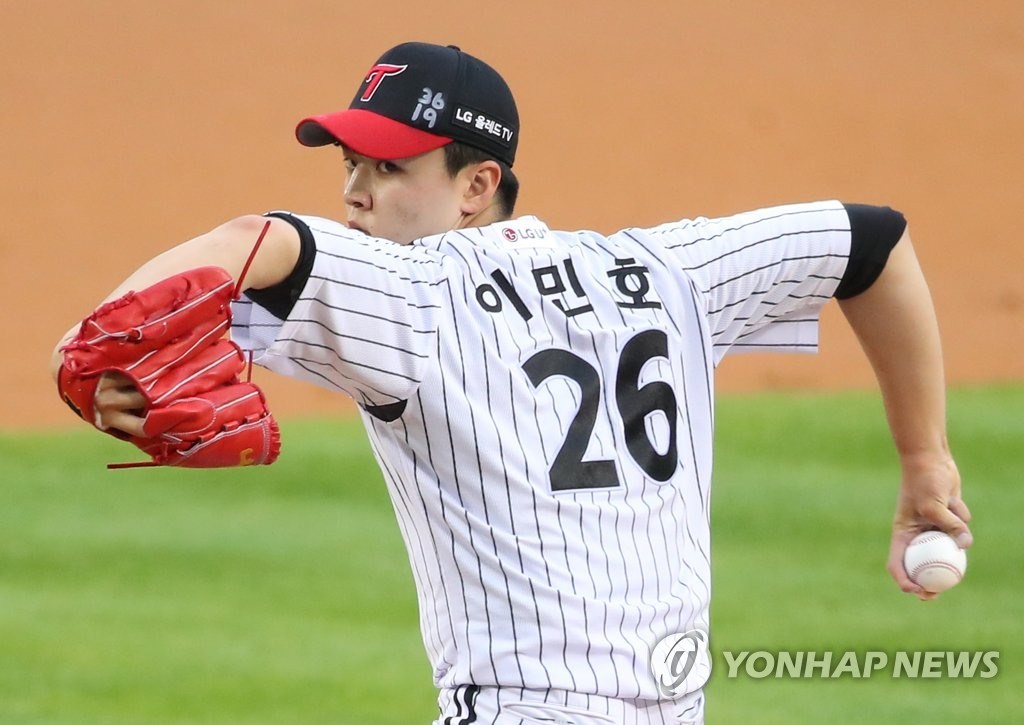 Lee Min-ho of the LG Twins pitches against the Samsung Lions in a Korea Baseball Organization regular season game at Jamsil Baseball Stadium in Seoul on June 2, 2020. (Yonhap)
