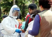 (LEAD) Greater Seoul under threat of further spread, high alert over 'silent' virus spreaders