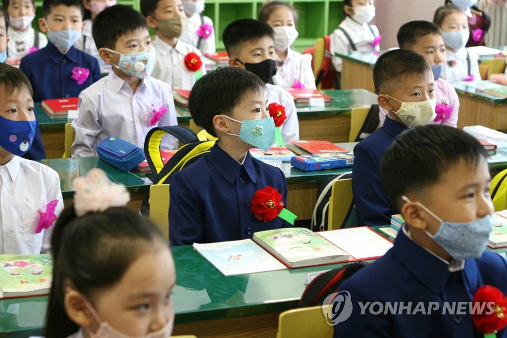 Students take a class while wearing masks at Okryu Elementary School in Pyongyang on June 3, 2020, the first day of belated school reopening due to COVID-19, in this photo captured from the homepage of Echo of Unification, a North Korean propaganda radio station. (For Use Only in the Republic of Korea. No Redistribution) (Yonhap)