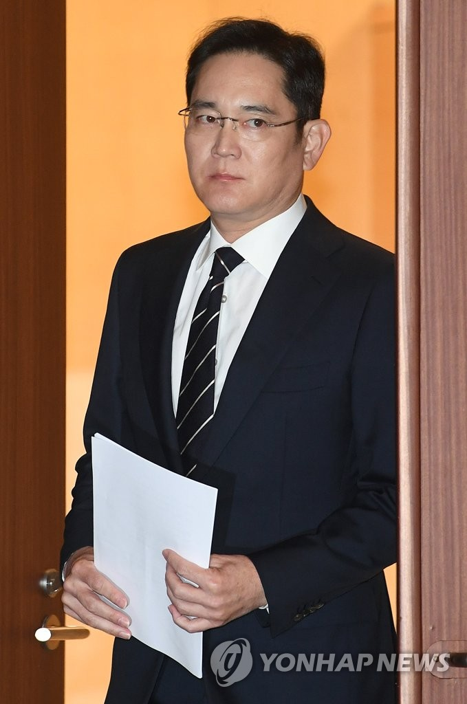 This file photo, from May 6, 2020, shows Samsung Electronics Co. Vice Chairman Lee Jae-yong, the heir apparent of Samsung Group, attending a press conference at the company's office building in Seoul to make a rare public apology over controversies related to his succession. Prosecutors sought an arrest warrant for Lee on June 4, 2020, as part of an investigation into a controversial merger between two Samsung units. (Yonhap)