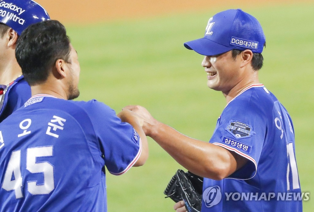 Oh Seung-hwan of the Samsung Lions (R) bumps fists with teammate Kwon Oh-joon after closing out a 4-3 victory over the Doosan Bears in a Korea Baseball Organization regular season game for his 400th professional save at Jamsil Baseball Stadium in Seoul on June 16, 2020. (Yonhap)