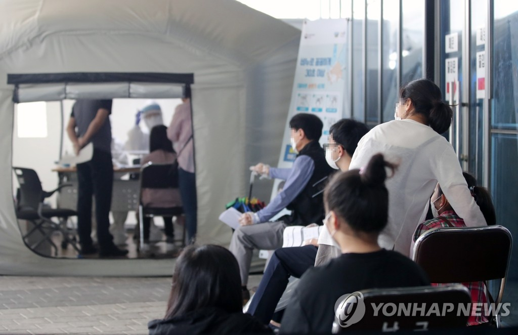 Citizens wait to receive new coronavirus tests at a screening center in Gwangju, 329 kilometers south of Seoul, on June 30, 2020, amid concerns about further community spread. (Yonhap)