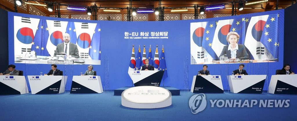 South Korean President Moon Jae-in (C) holds a videoconference meeting with EU Council President Charles Michel (L) and European Commission President Ursula von der Leyen at Cheong Wa Dae in Seoul on June 30, 2020, with the EU leaders appearing on large screens. (Yonhap)