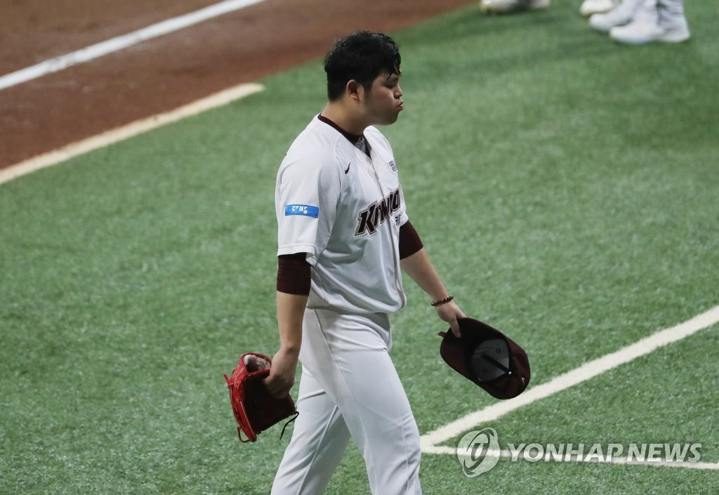 In this file photo from July 1, 2020, Kiwoom Heroes' starter Han Hyun-hee returns to the dugout after allowing six runs against the Doosan Bears in a Korea Baseball Organization regular season game at Gocheok Sky Dome in Seoul. (Yonhap)