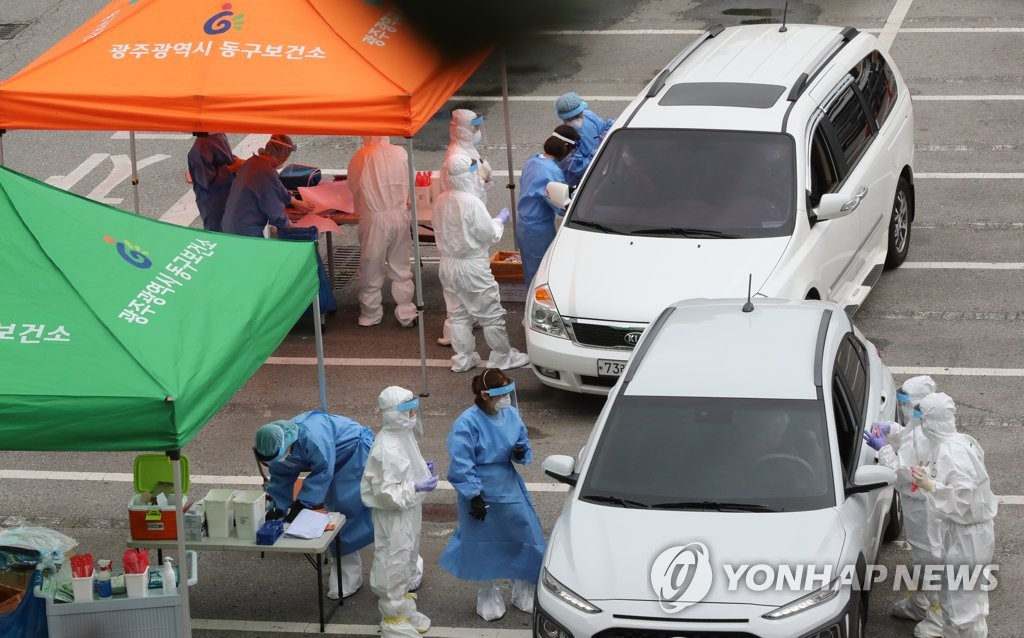 This photo, taken on July 6, 2020, shows drive-thru coronavirus testing in Gwangju, 329 kilometers south of Seoul. (Yonhap)