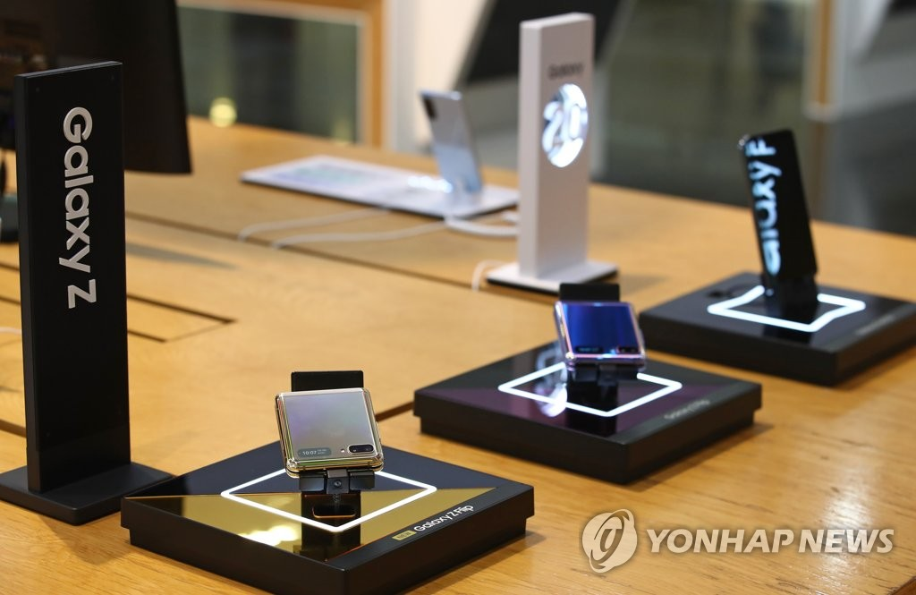 This photo taken July 7, 2020, shows Samsung Electronics Co.'s foldable smartphones displayed at a store in Seoul. (Yonhap)
