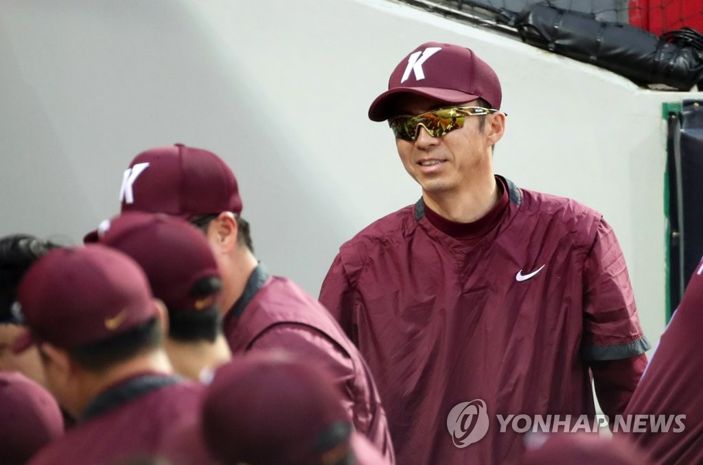 In this file photo, from July 10, 2020, Kiwoom Heroes' manager Son Hyuk (R) reacts to an RBI hit by Lee Jung-hoo against the Kia Tigers during a Korea Baseball Organization regular season game at Gwangju-Kia Champions Field in Gwangju, 330 kilometers south of Seoul. (Yonhap)