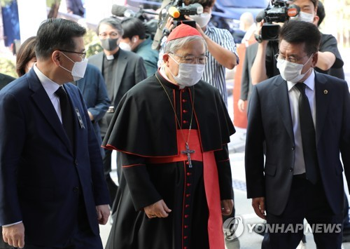 Cardinal Yeom visits funeral home for late Seoul Mayor Park