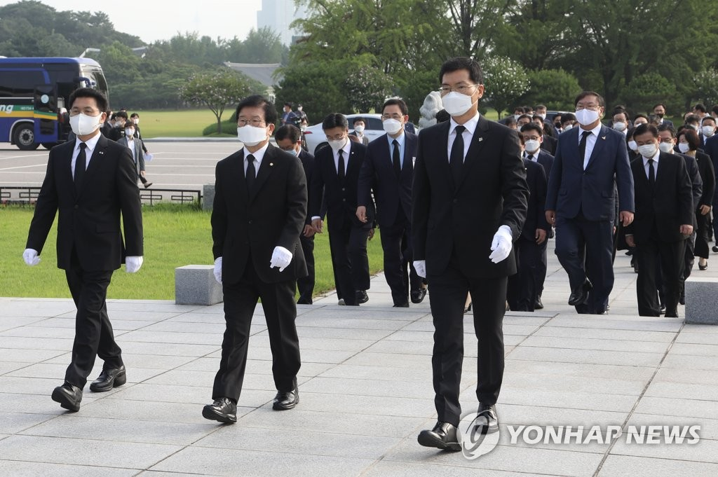 National Assembly Speaker Rep. Park Byeong-seug (C) and lawmakers pay their respects at the National Cemetery in Seoul on July 17, 2020, to mark Constitution Day. (Yonhap)