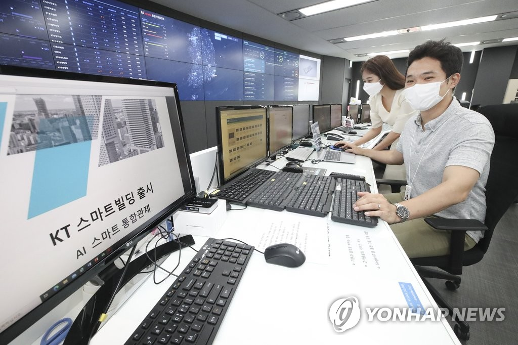 KT estate Inc. employees check its smart building monitoring system at the company's office in Seongnam, south of Seoul, in this photo provided by KT Corp. on July 28, 2020. (PHOTO NOT FOR SALE)(Yonhap)