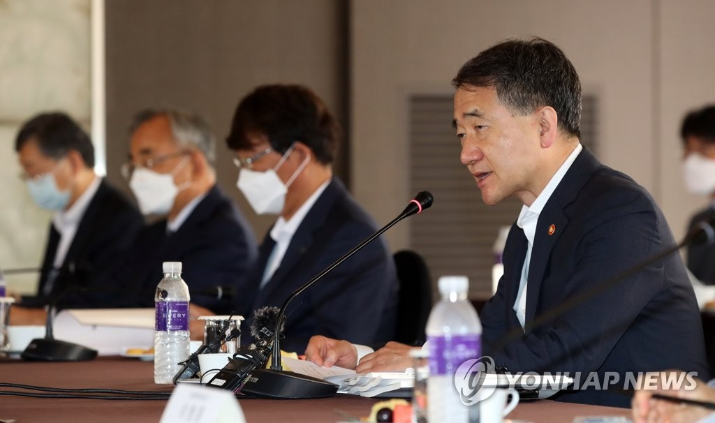Health Minister Park Neung-hoo (R) speaks during the meeting of the NPS Fund Management Committee held in Seoul on July 31, 2020. (Yonhap)