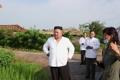 (جديد) الزعيم الكوري الشمالي يزور قرية دمرتها الفيضانات ويأمر بتقديم المساعدات إلى المتضررين - 4