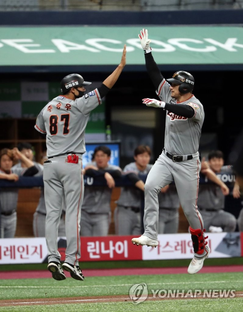 Brandon Barnes of the Hanwha Eagles (R) celebrates his solo home run against the Kiwoom Heroes with his third base coach Choo Seung-woo during a Korea Baseball Organization regular season game at Gocheok Sky Dome in Seoul on Aug. 11, 2020. (Yonhap)