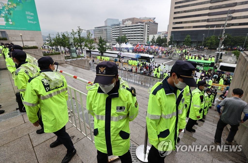 Police officers wearing face masks are on duty in central Seoul ahead of mass rallies on Aug. 15, 2020. (Yonhap)