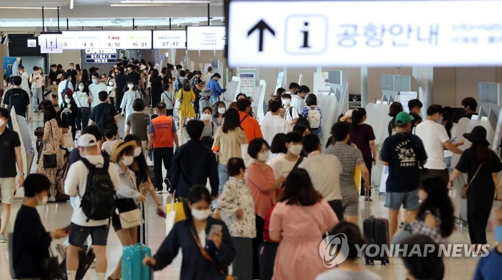 붐비는 김포공항 국내선 터미널