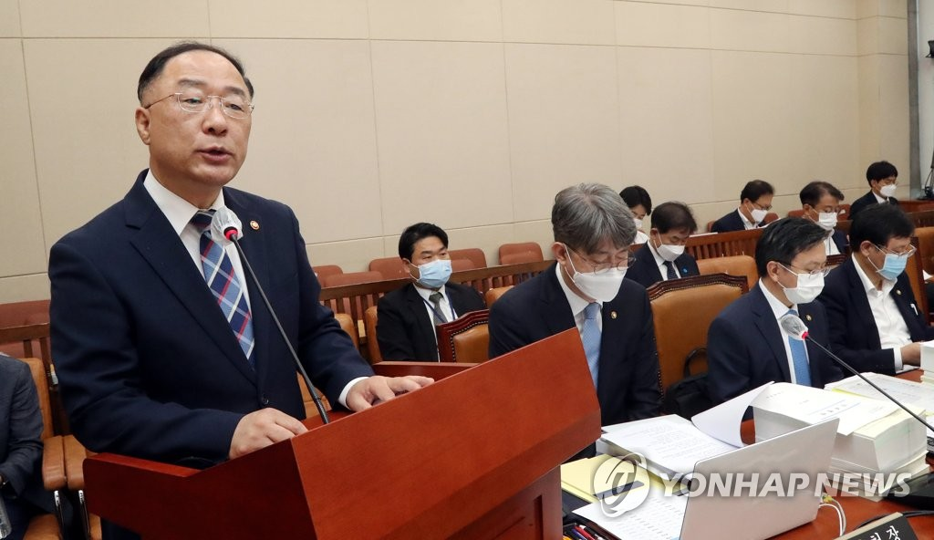 Finance Minister Hong Nam-ki, who doubles as the deputy prime minister for economic affairs, attends a plenary session of the strategy and finance committee at the National Assembly in Seoul on Aug. 20, 2020. (Yonhap)