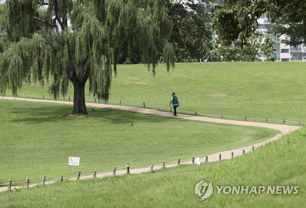 A citizen is seen at a park in eastern Seoul on Aug. 26, 2020. (Yonhap)