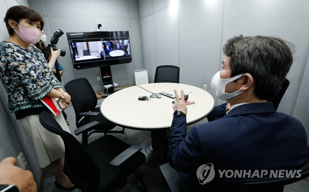 Unification Minister Lee In-young (R) visits a video reunion center for families separated by the 1950-53 Korean War at the Red Cross building in Seoul on Sept. 2, 2020. (Yonhap)