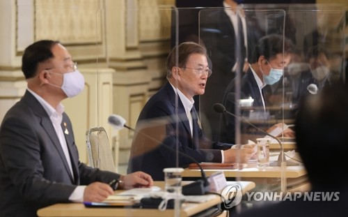 Moon shares finance minister's online message on S. Korea's economic performance