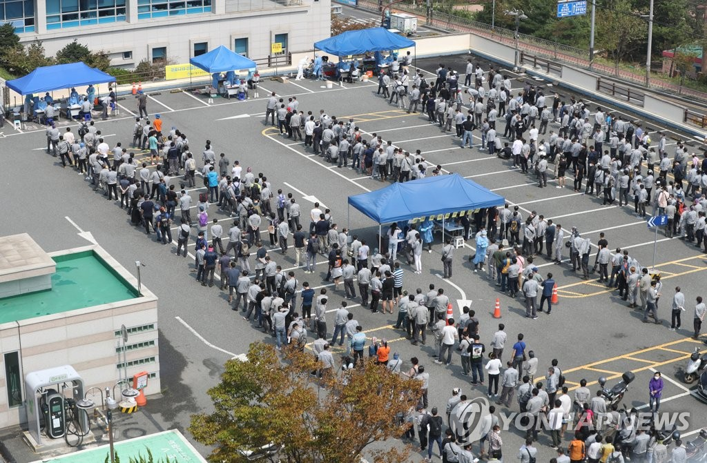 Hyundai Heavy Industries Co. workers stand in line to receive new coronavirus tests at a makeshift clinic in Ulsan, 414 kilometers south of Seoul, on Sept. 9, 2020. (Yonhap)