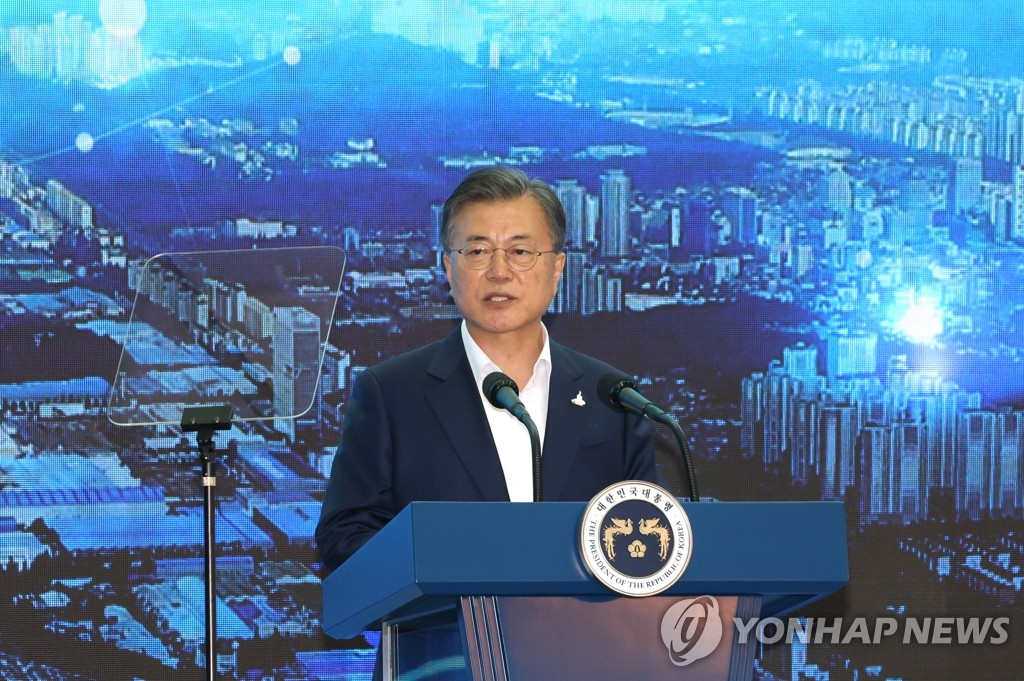 President Moon Jae-in delivers a speech during a visit to the National Industrial Complex in Changwon, South Gyeongsang Province, 300 kilometers south of Seoul, on Sept. 17, 2020. (Yonhap)