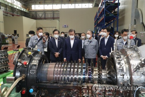 Moon visits Doosan Heavy